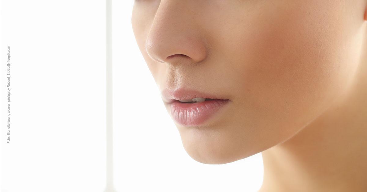 Nasen OP Erstberatung - 5 Dinge die man wissen sollte. Bild mit perfekter Nase einer Frau. Dekolletè frei.